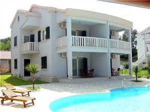 Апартаменты Tomislav Kampor - ostrov Rab, размещение с бассейном, Воздуха удалённость от моря 30 m, Воздух расстояние до центра города 200 m