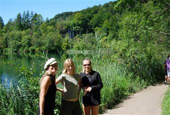 Vill ni besöka Plitvice sjöar och bo på ett förstklassigt boende alldeles intill nationalparken?