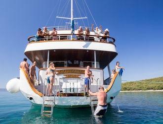 Výletne plavby loďou Young Fun Chorvátsko! Pridajte sa k nám, keď sme sa na cestu skúmania pobreží Jadranského mora v mladom a zábavnou formou!