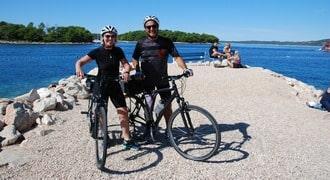 A gondosan megtervezett, kombinált hajóúton a békés hajózás kényelme mellett lehetőség van kerékpárra pattani.