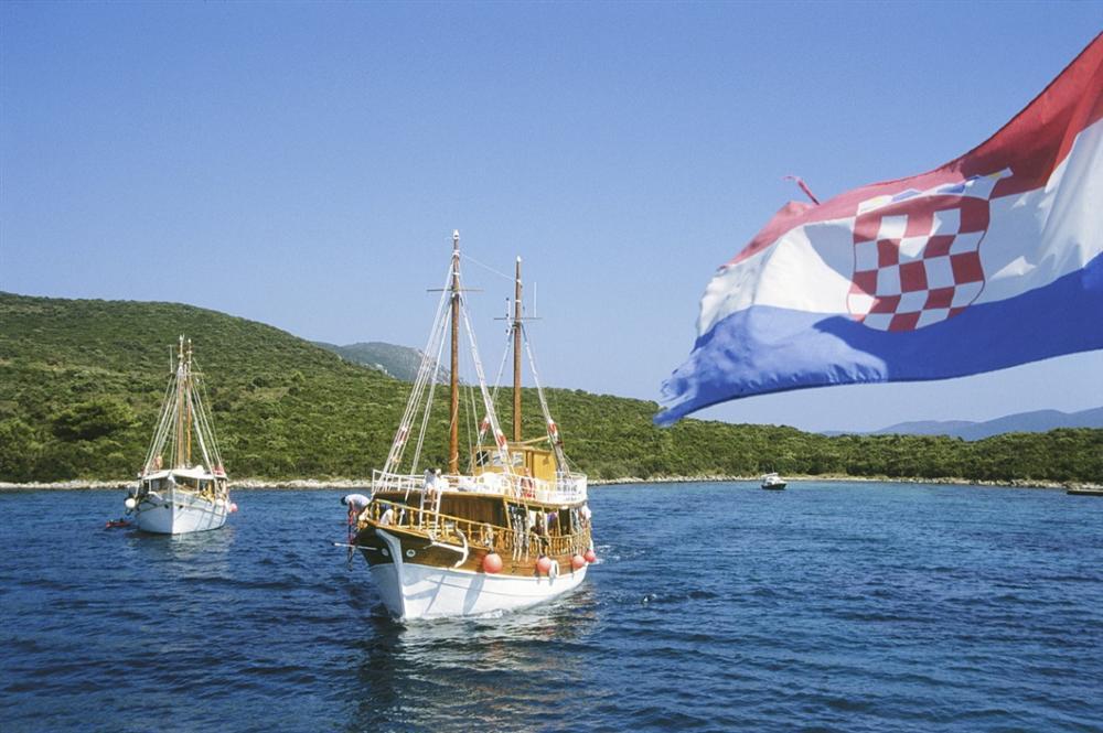 Cruise-ship-Croatian-flag
