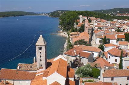 Glavno središte otoka je grad Rab koji je smješten na poluotoku i opasan je zidinama