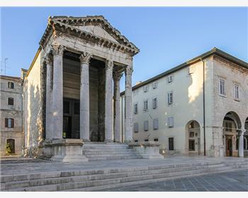 Храмом Августа