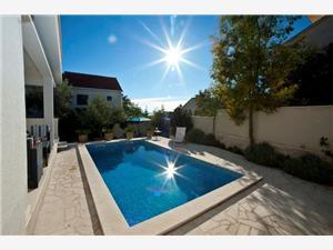 Vila Doris Okrug Gornji (Čiovo), Kvadratura 150,00 m2, Smještaj s bazenom, Zračna udaljenost od mora 200 m