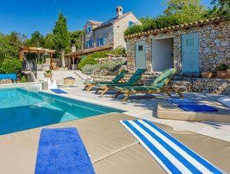 Каменные дома в уединённом месте с видом на море в Хорватии