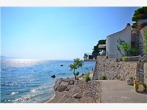 Haus Milovan Makarska Riviera, Größe 100,00 m2, Luftlinie bis zum Meer 10 m, Entfernung vom Ortszentrum (Luftlinie) 400 m