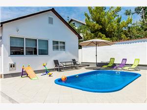 Dom Ivana Tribunj, Rozloha 50,00 m2, Ubytovanie sbazénom, Vzdušná vzdialenosť od centra miesta 300 m