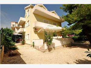 Apartments Blazenka Okrug Gornji (Ciovo), Size 23.00 m2, Airline distance to town centre 300 m