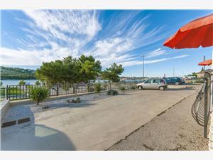 Ferienwohnungen Marin Trogir, Größe 38,00 m2, Luftlinie bis zum Meer 50 m, Entfernung vom Ortszentrum (Luftlinie) 300 m