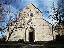 Szent Mária román stílusban épült temploma Banjol - Rab sziget templom