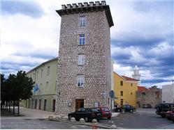 Le château Frankopan avec une tour carrée  Monuments