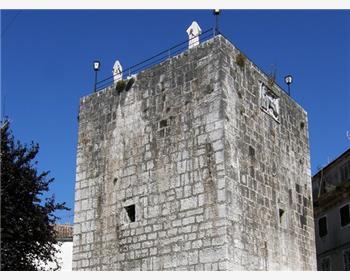 Ötszögletű torony