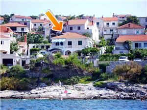 Apartmanok Hani Közép-Dalmácia szigetei, Méret 90,00 m2, Légvonalbeli távolság 15 m, Központtól való távolság 400 m