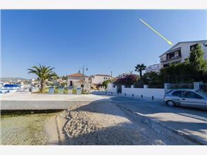 Appartementen Josip Rogoznica, Kwadratuur 85,00 m2, Lucht afstand tot de zee 25 m, Lucht afstand naar het centrum 50 m