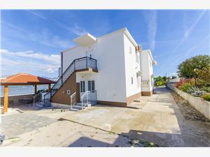 Apartamenty Rose , Powierzchnia 45,00 m2, Odległość do morze mierzona drogą powietrzną wynosi 60 m, Odległość od centrum miasta, przez powietrze jest mierzona 300 m