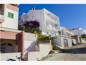 Apartamenty Radojka Tisno - wyspa Murter, Powierzchnia 50,00 m2, Odległość do morze mierzona drogą powietrzną wynosi 150 m, Odległość od centrum miasta, przez powietrze jest mierzona 300 m