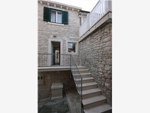 Dom Sonja Pucisca - wyspa Brac, Powierzchnia 70,00 m2, Odległość do morze mierzona drogą powietrzną wynosi 50 m, Odległość od centrum miasta, przez powietrze jest mierzona 80 m