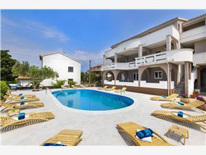 Apartmani Dorotea Novalja - otok Pag, Kvadratura 40,00 m2, Smještaj s bazenom, Zračna udaljenost od centra mjesta 900 m