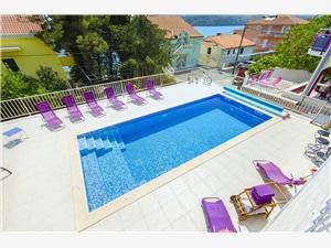 Haus Pinky Riviera von Split und Trogir, Größe 150,00 m2, Privatunterkunft mit Pool, Luftlinie bis zum Meer 25 m