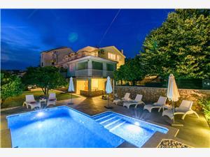 Apartmani Dubravka Okrug Gornji (Čiovo), Kvadratura 100,00 m2, Smještaj s bazenom, Zračna udaljenost od mora 40 m
