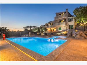 Objekt Villa Boulder Okrug Donji (Čiovo), Kvadratura 230,00 m2, Smještaj s bazenom, Zračna udaljenost od mora 200 m