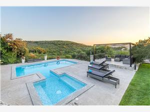 Dům Villa Boulder Okrug Donji (Ciovo), Prostor 230,00 m2, Soukromé ubytování s bazénem, Vzdušní vzdálenost od moře 200 m