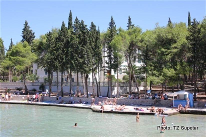 Plaza-Vela-luka-Supetar