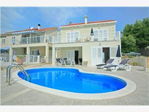 Vila Mirula Sumartin - otok Brač, Kvadratura 219,00 m2, Smještaj s bazenom, Zračna udaljenost od mora 200 m