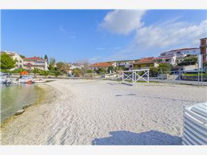 Apartmány Karlo Okrug Gornji (Ciovo), Prostor 90,00 m2, Vzdušní vzdálenost od moře 20 m, Vzdušní vzdálenost od centra místa 500 m