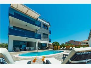 Apartmaji Maloca Vir - otok Vir, Kvadratura 75,00 m2, Namestitev z bazenom, Oddaljenost od morja 30 m
