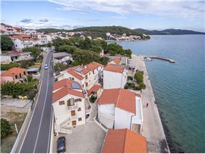 Ferienwohnungen Hrvoje Tisno - Insel Murter, Größe 40,00 m2, Luftlinie bis zum Meer 50 m, Entfernung vom Ortszentrum (Luftlinie) 100 m