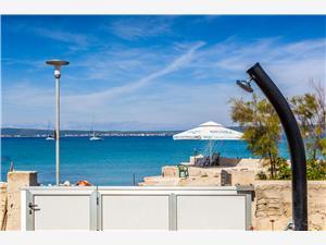 Apartamenty Mare Zdrelac - wyspa Pasman, Powierzchnia 60,00 m2, Odległość do morze mierzona drogą powietrzną wynosi 10 m, Odległość od centrum miasta, przez powietrze jest mierzona 800 m