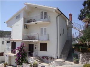 Apartamenty Stančić Lopar - wyspa Rab, Powierzchnia 85,00 m2, Odległość do morze mierzona drogą powietrzną wynosi 100 m, Odległość od centrum miasta, przez powietrze jest mierzona 150 m