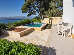 Dům Rosemary Supetar - ostrov Brac, Prostor 70,00 m2, Soukromé ubytování s bazénem, Vzdušní vzdálenost od moře 5 m