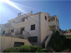 Apartmán Caratan Jelsa - ostrov Hvar, Rozloha 85,00 m2, Vzdušná vzdialenosť od mora 20 m, Vzdušná vzdialenosť od centra miesta 100 m