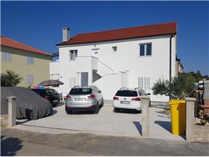 Apartamenty Feliks Ljubac, Powierzchnia 103,00 m2, Odległość do morze mierzona drogą powietrzną wynosi 50 m, Odległość od centrum miasta, przez powietrze jest mierzona 300 m