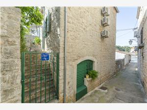 Appartements et Chambre Lucijo Les iles de la Dalmatie centrale, Superficie 36,00 m2, Distance (vol d'oiseau) jusqu'au centre ville 30 m