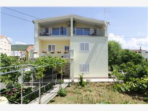 Appartementen Blagodar Tribunj, Kwadratuur 32,00 m2, Lucht afstand tot de zee 30 m, Lucht afstand naar het centrum 50 m