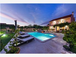 Vila Navis Luxury Vodice, Kvadratura 220,00 m2, Smještaj s bazenom