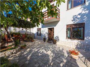 Haus Barbara Jadranovo (Crikvenica), Größe 125,00 m2, Luftlinie bis zum Meer 120 m, Entfernung vom Ortszentrum (Luftlinie) 100 m