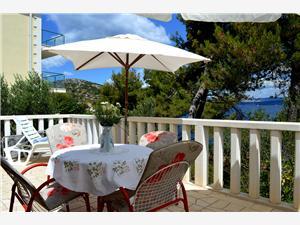 Apartament Elena Rogac - wyspa Solta, Powierzchnia 45,00 m2, Odległość do morze mierzona drogą powietrzną wynosi 50 m, Odległość od centrum miasta, przez powietrze jest mierzona 300 m