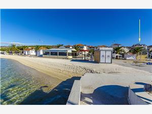 Appartements Ana Okrug Gornji (Ciovo), Superficie 30,00 m2, Hébergement avec piscine, Distance (vol d'oiseau) jusque la mer 40 m