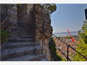 Apartament Mandić Omis, Powierzchnia 80,00 m2, Odległość do morze mierzona drogą powietrzną wynosi 230 m, Odległość od centrum miasta, przez powietrze jest mierzona 10 m