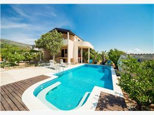Hébergement avec piscine Split et la riviera de Trogir,Réservez dvori De 350 €