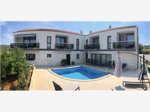 Апартаменты Villa LA Drvenik Veliki, квадратура 35,00 m2, размещение с бассейном, Воздуха удалённость от моря 120 m
