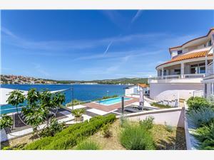 Ferienwohnung Mirjana Rogoznica, Größe 45,00 m2, Privatunterkunft mit Pool, Luftlinie bis zum Meer 15 m