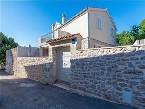 Дом Marijanka-in the center of Petrčane Kozino, квадратура 110,00 m2, Воздуха удалённость от моря 100 m, Воздух расстояние до центра города 150 m