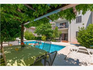 Apartmani Ljiljana Omiš, Kvadratura 36,00 m2, Smještaj s bazenom, Zračna udaljenost od mora 180 m