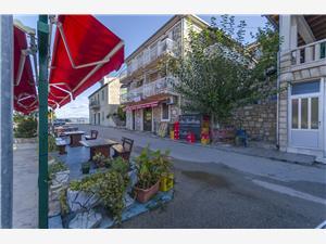 Apartmány Martino Stomorska - ostrov Solta, Prostor 40,00 m2, Vzdušní vzdálenost od centra místa 50 m