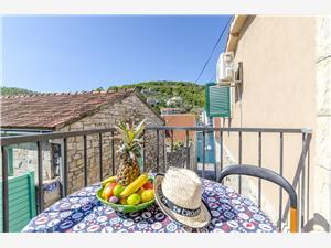 Dům Pelegrin Stomorska - ostrov Solta, Prostor 90,00 m2, Vzdušní vzdálenost od centra místa 50 m
